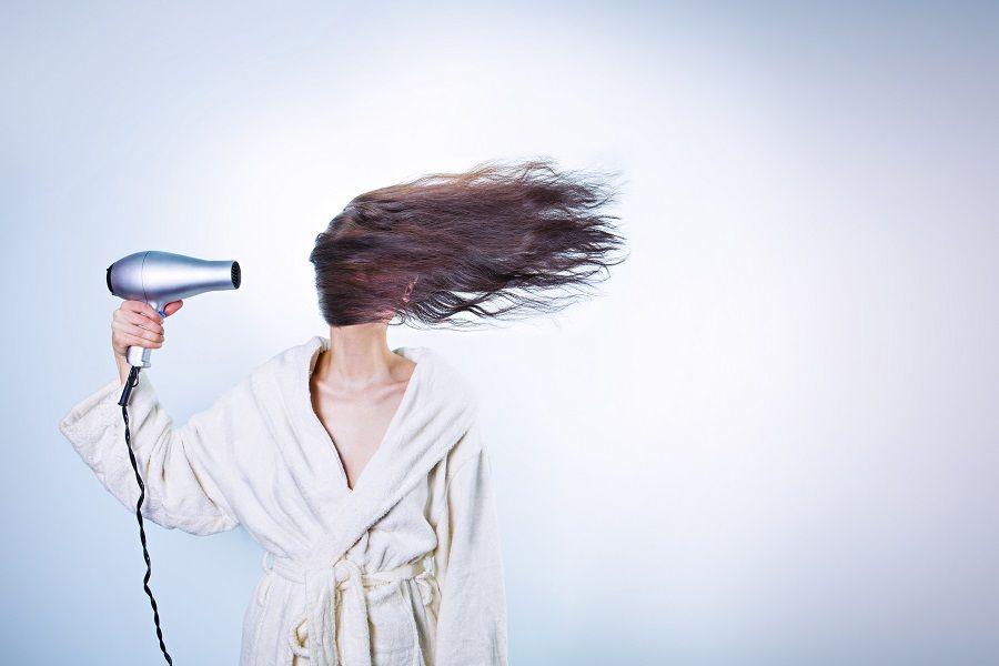 Meglio asciugare i capelli prima di andare a dormire