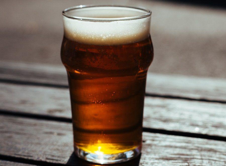 La birra è utile per i capelli opachi, ma come impacco