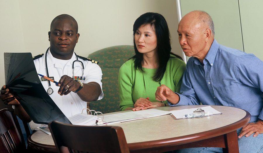 Un dottore durante una visita medica