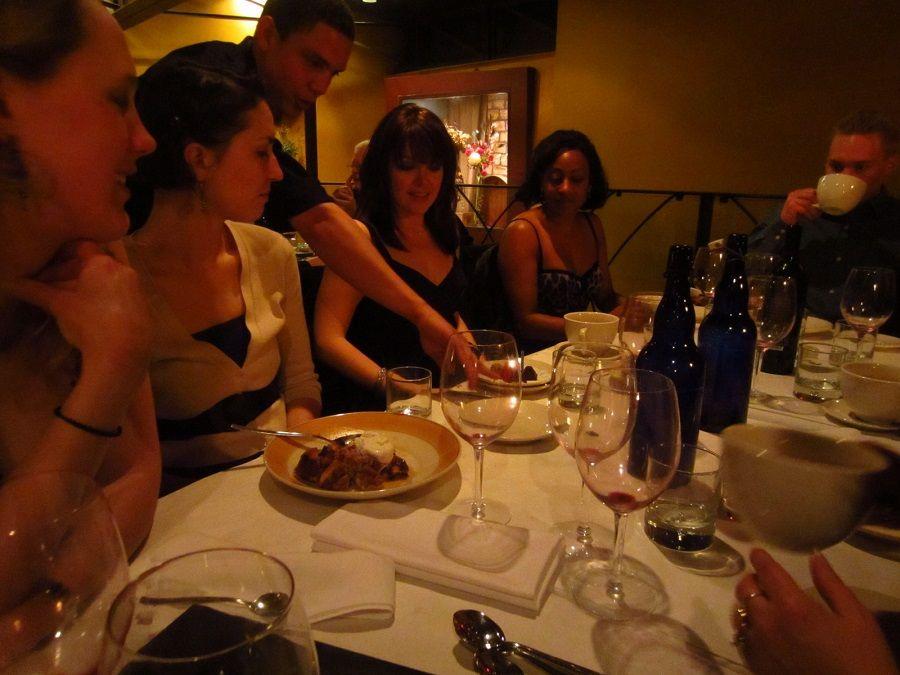Galateo a tavola in una cena fra amici