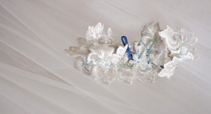 Una giarrettiera blu da indossare sotto l'abito da sposa