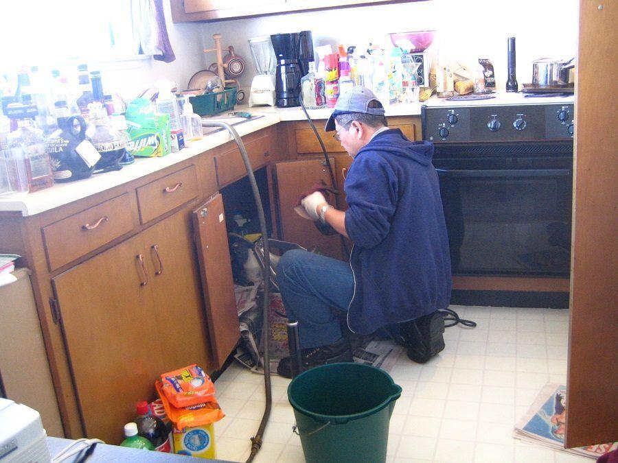 Idraulico che stura un lavandino