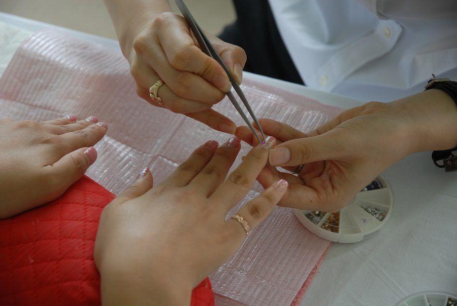 Prima la manicure, poi le unghie a mandorla