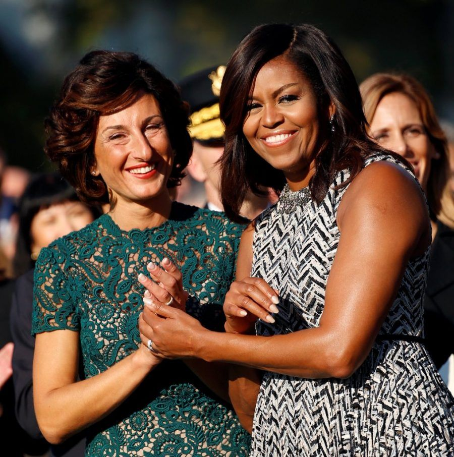 Prima un abito di pizzo verde per Agnese e un abito con cintura in vita per Michelle