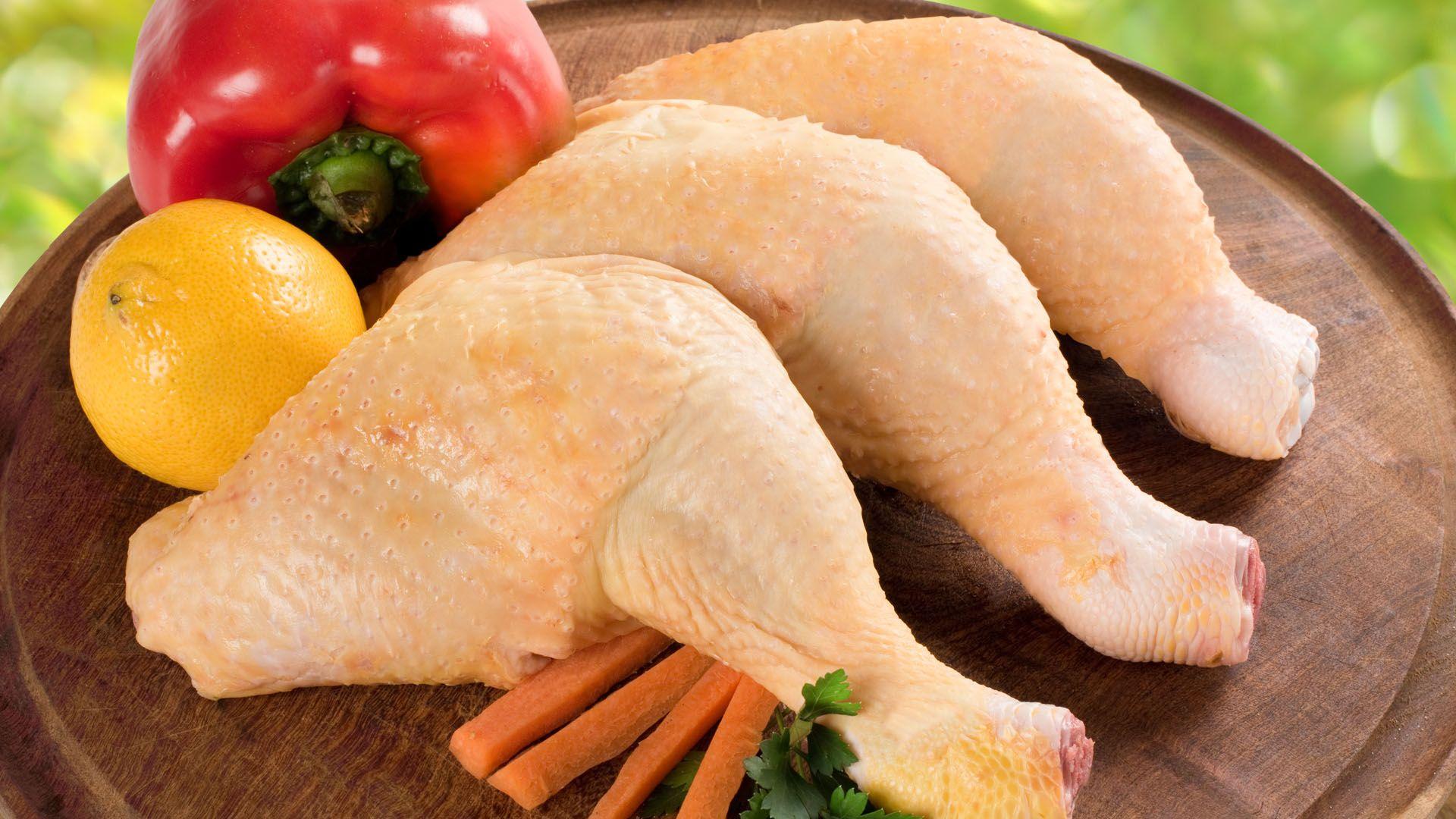 Perché non dovreste mai lavare il pollo prima di cucinarlo