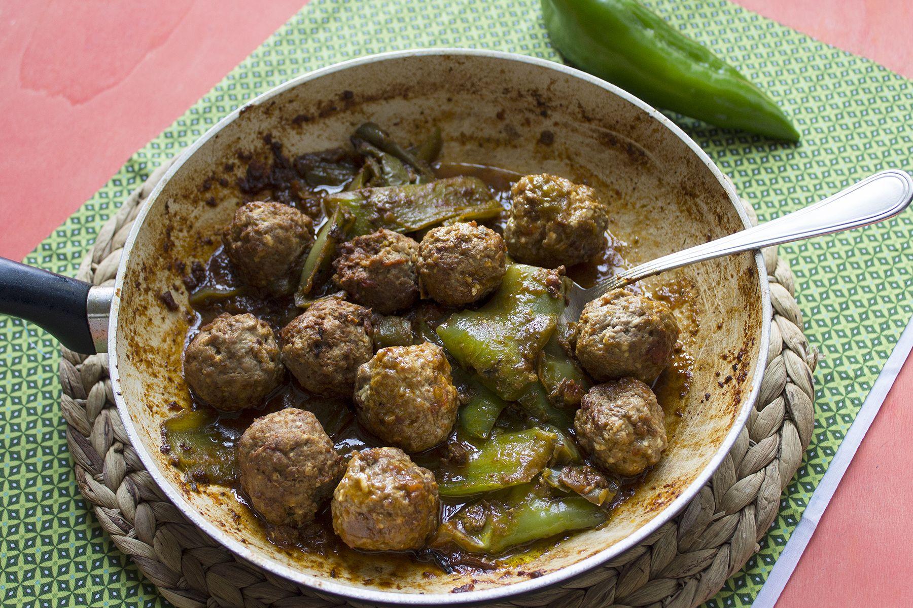 Polpette di carne al sugo rosso con peperoni verdi
