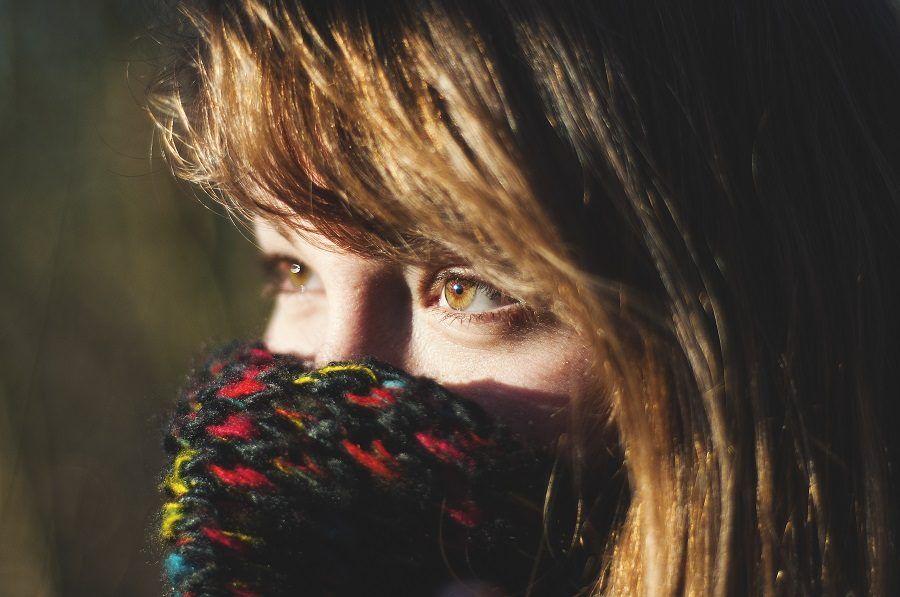 Proteggere le labbra con una sciarpa