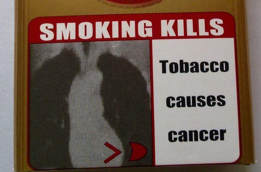 Avviso sui pericoli per la salute su un pacchetto di sigarette