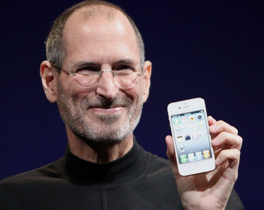 Steve Jobs con un iPhone in mano