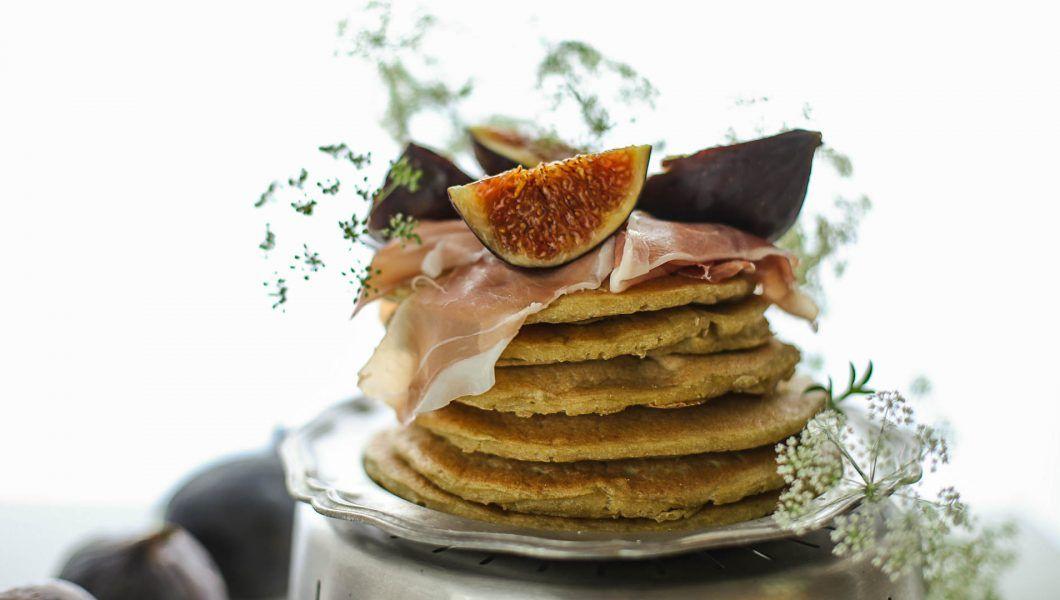Pancake salati con crudo e fichi