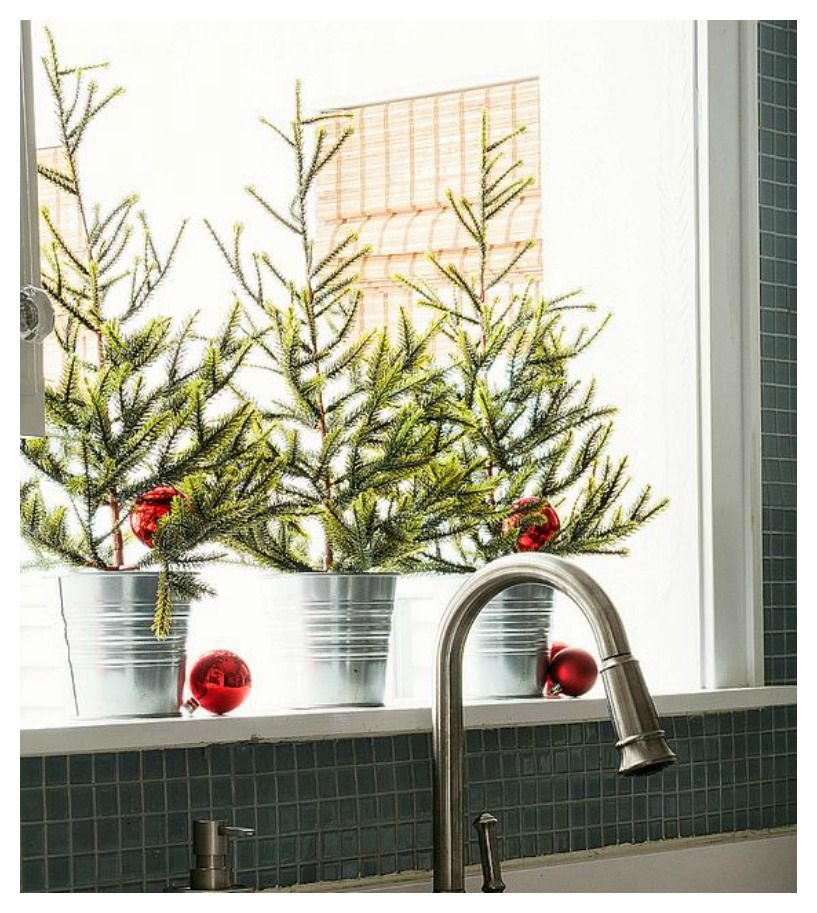 Come rendere magiche le tue finestre durante le feste di - Addobbi natalizi per cucina ...