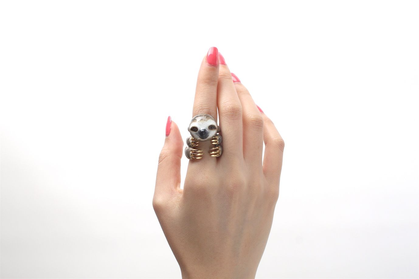 Gli anelli con animali che si fanno in tre per abbracciarci