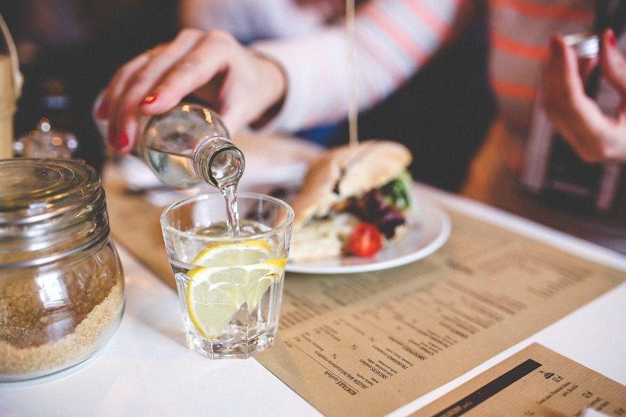 Bere acqua o no durante i pasti?