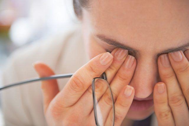 Lavorare davanti al pc, può stancare molto i nostri occhi. Tuttavia, cerchiamo di evitare il più possibile di stropicciarli con le dita, causando così rossori e irritazione.