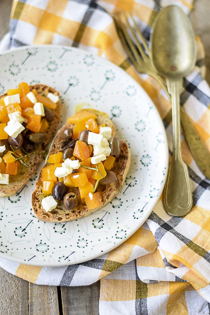 Bruschetta con feta, olive e zucca