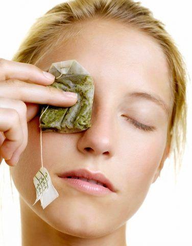 Un impacco di camomilla dopo esserci struccate sarà perfetto per sgonfiare e decongestionare anche gli occhi più stanchi.