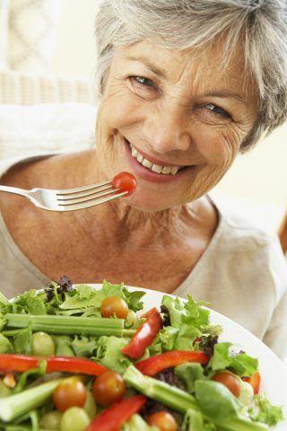 Va bene mangia di tutto, soprattutto cibi che contengono acidi grassi Omega3 che favoriscono la produzione di collagene.