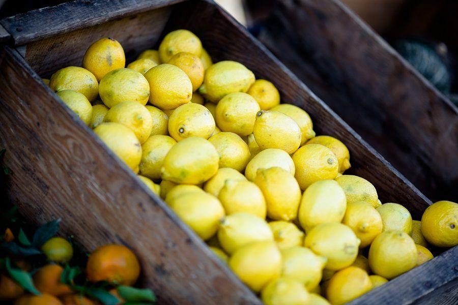 Il limone è utile per sbiancare le unghie