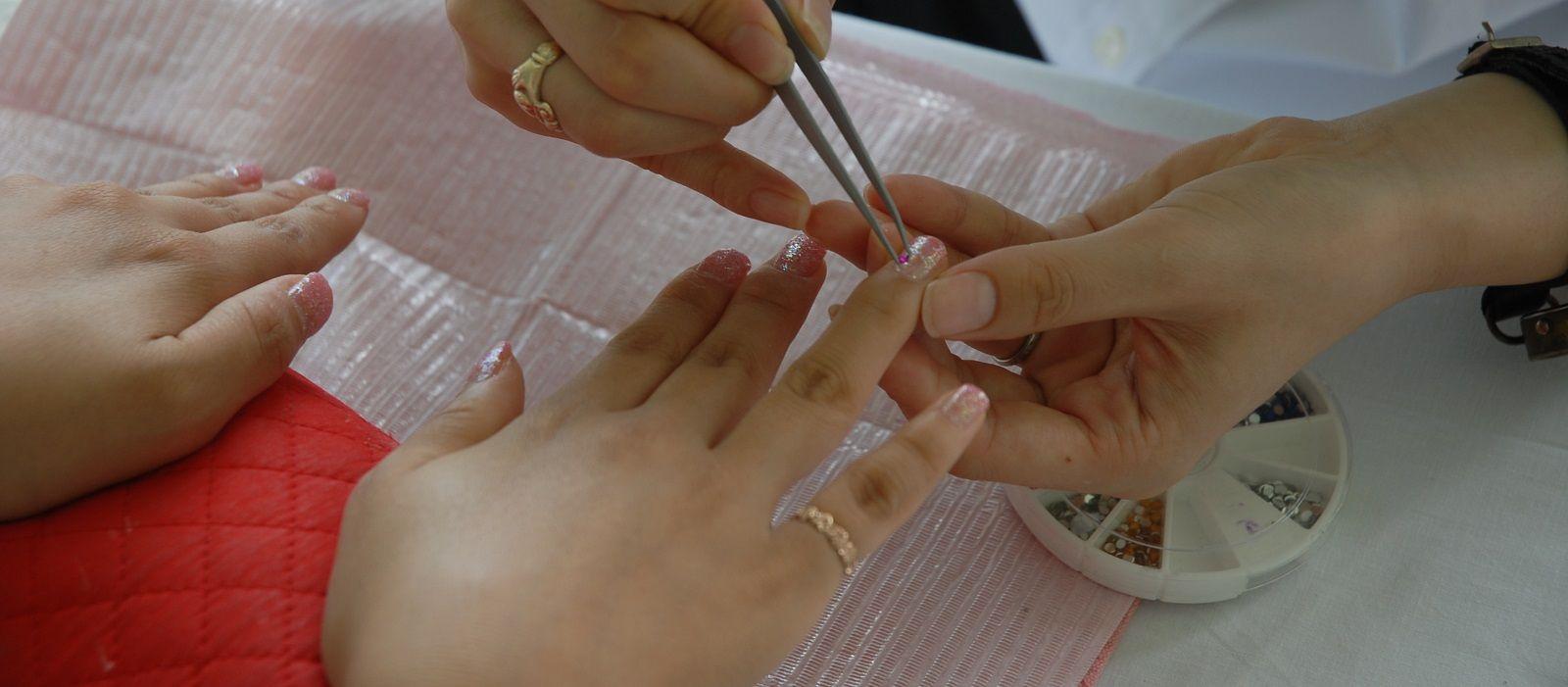 Come rimuovere il nero da sotto le unghie