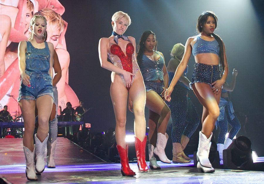 Miley Cyrus sul palco... e qui è ancora in una posa casta!