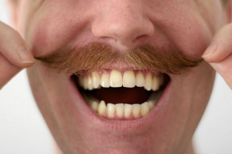 Ecco perché a novembre gli uomini hanno barba e baffi