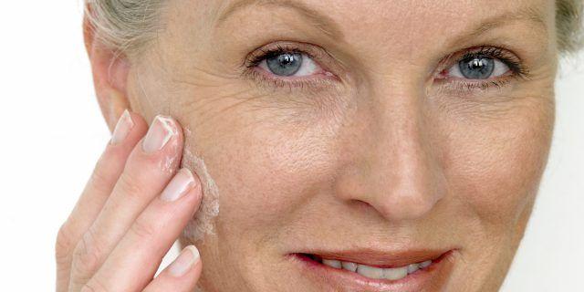 Idratare la pelle del viso è molto importante per proteggere la giovinezza.