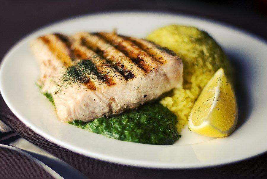 Condimento minimalista per il pesce al forno