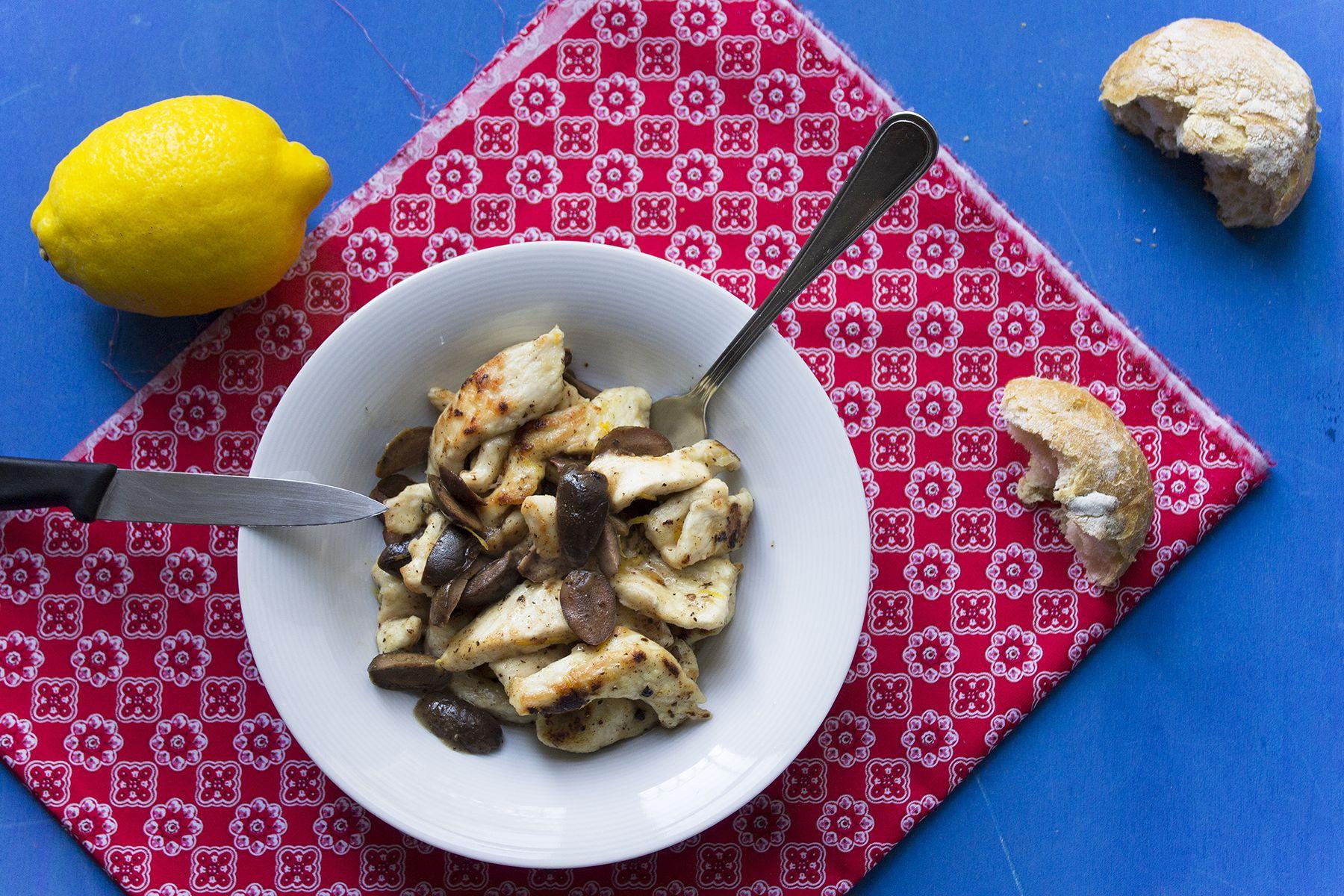 Straccetti di tacchino con limone e olive verdi pronti in 10 minuti
