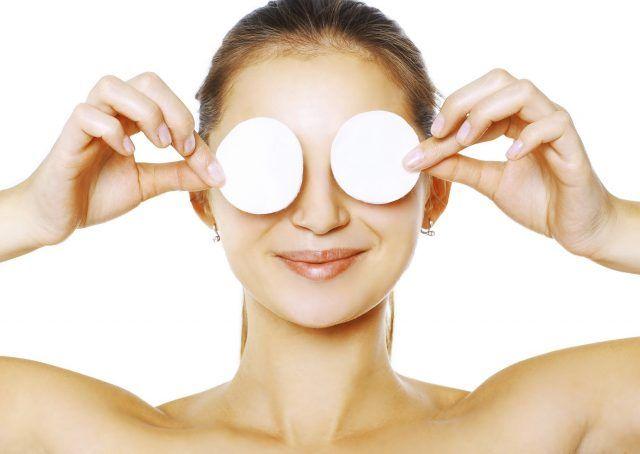 Struccare gli occhi prima di andare a dormire è una regola d'oro da non dimenticare. Meglio farlo con dei dischetti di cotone imbevuti di acqua micellare, che andranno passati sugli occhi delicatamente e in una sola direzione.