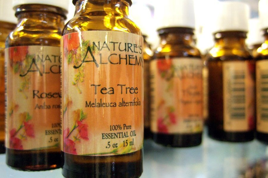 Una boccetta di tea tree oil