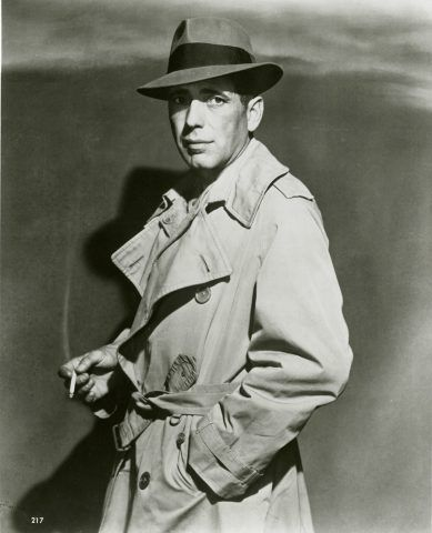 Humphrey Bogart col suo inseparabile trench