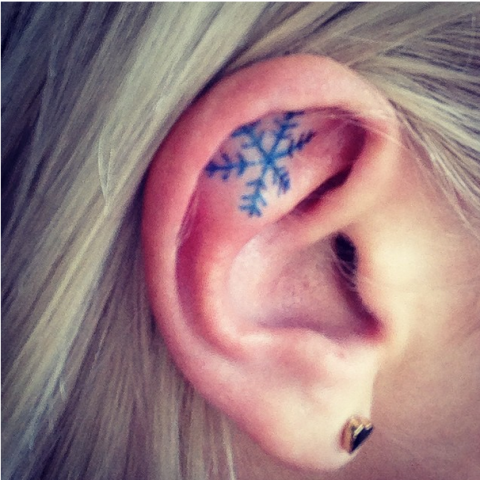 Tatuaggi sull'orecchio, fiocco di neve