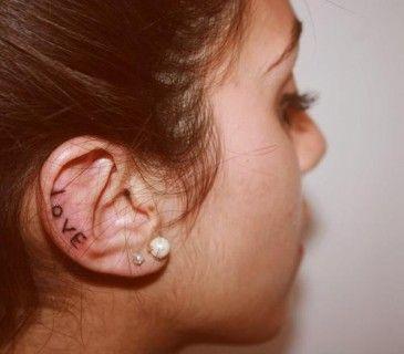 Tatuaggi sull'orecchio, scritta Love