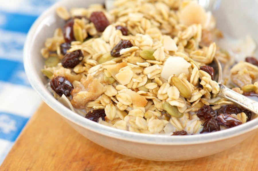 A colazione andrà benissimo una tazza con cereali integrali e yogurt.