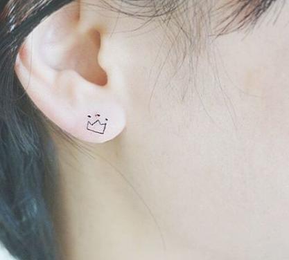 Tatuaggi sull'orecchio, corona