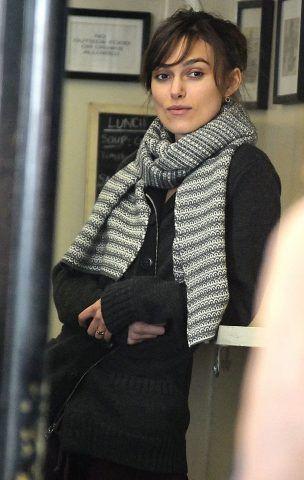 Keira Knightley versione sciarpa e coda.