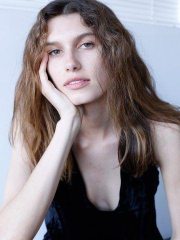 Rose Gilroy, modella figlia dell'attrice Rene Russo e del regista Dan Gilroy