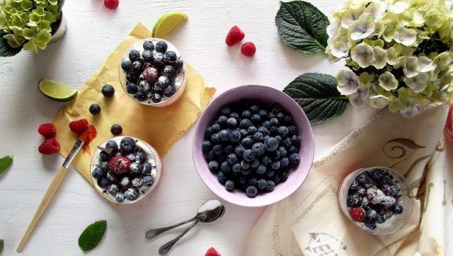 Il tiramisù con yogurt greco e frutti di bosco