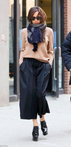 Victoria Beckham con i capelli sciolti nella sciarpa.