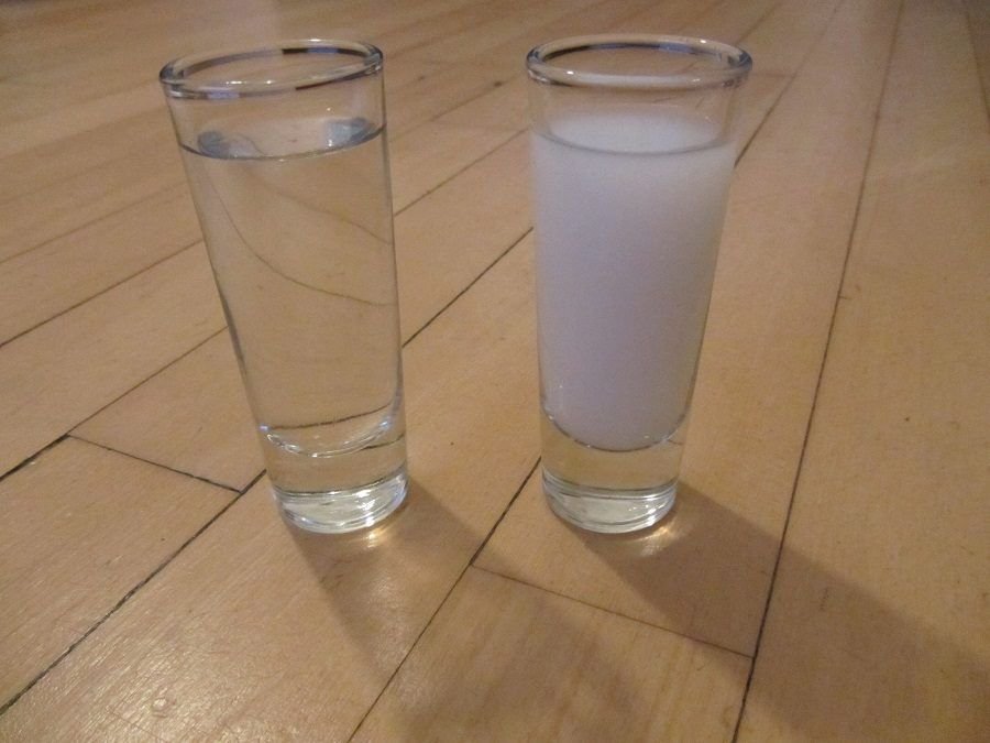 Acqua e latte: due rimedi naturali per pulire i divani in pelle