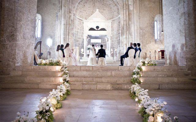 Addobbo chiesa bianco il colore principe dei matrimoni sulla neve