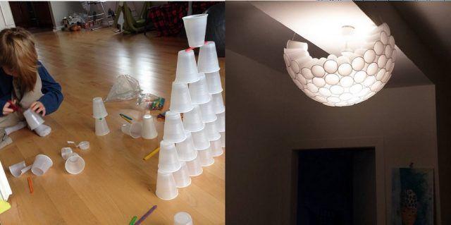 Un fortino fatto con bicchieri di plastica e un lampadario con bicchieri di plastica