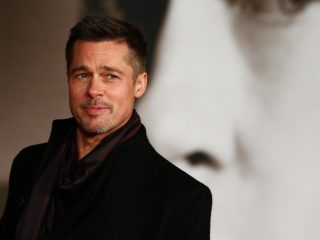 US actor Brad Pitt poses for photographers after arriving to attend the UK premiere of the film 'Allied' in Leicester Square, central London on November 21, 2016.  / AFP / Adrian DENNIS        (Photo credit should read ADRIAN DENNIS/AFP/Getty Images)