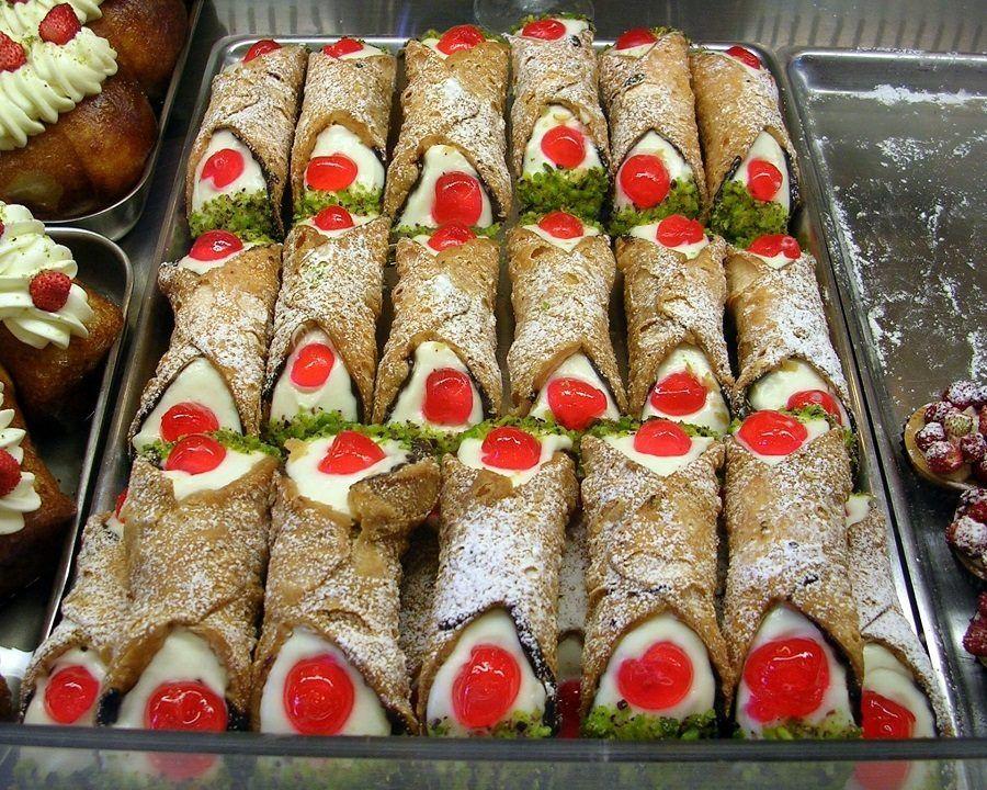 Uno spettacolare vassoio di cannoli alla siciliana