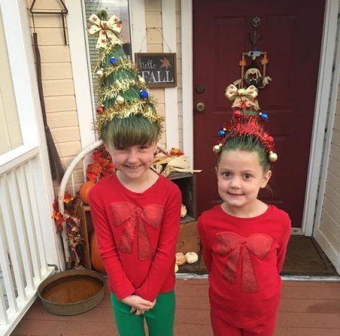 Bambine che sfoggiano lo stile Christmas Tree Hair