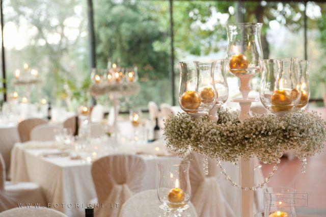 Fiori secchi e candele e oro a ravvivare il bianco Credits fotorighi.it