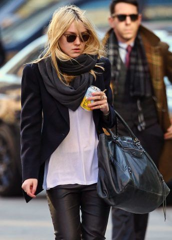 Dakota Fanning per le strade di New York.