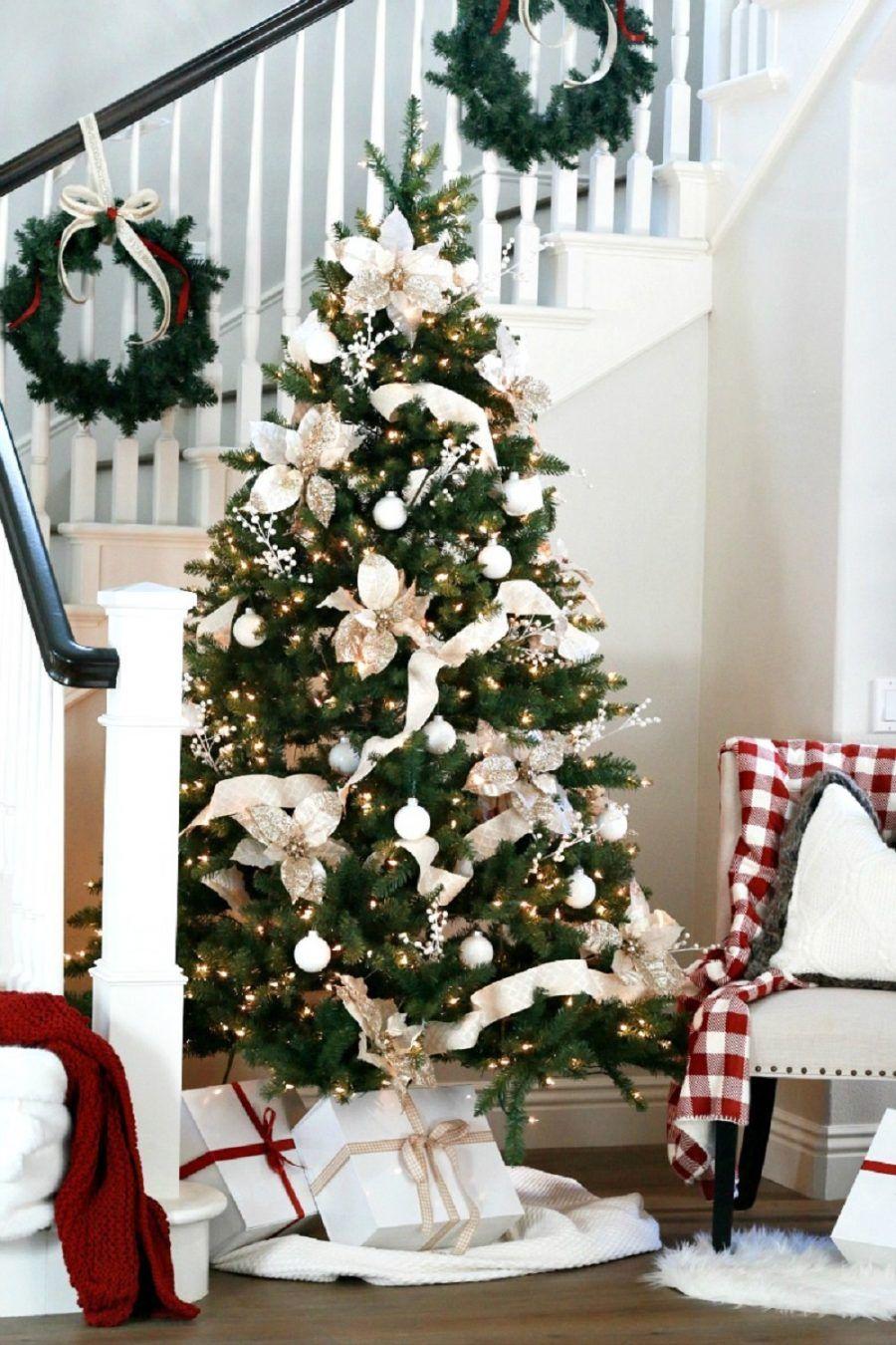 Foto albero di natale addobbato bianco