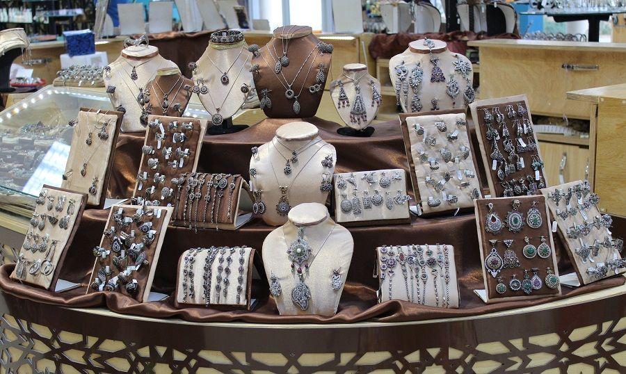 Tanti materiali diversi, tanti modi diversi di pulire i gioielli