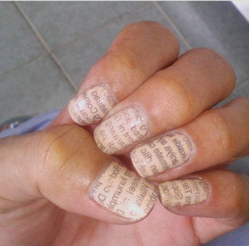 Newspaper Nail Art su smalto rosa chiaro